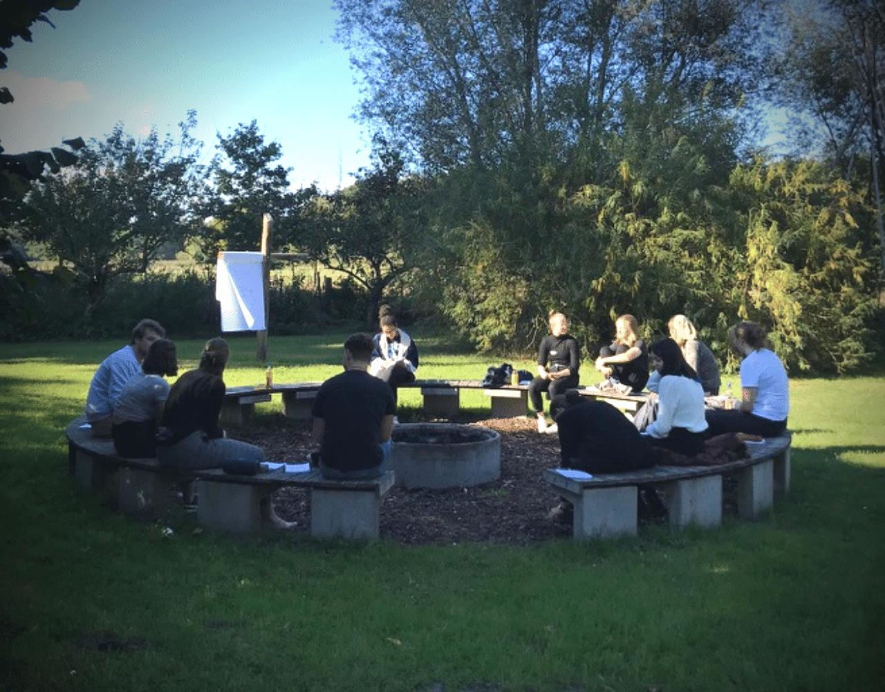 Junge Menschen an Feuerstelle